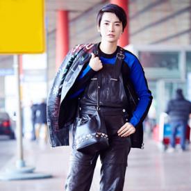李媛受邀米兰时装周 背带裤造型减龄又酷酷滴