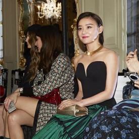 袁姗姗征战巴黎高订秀 黑色低胸装性感满分