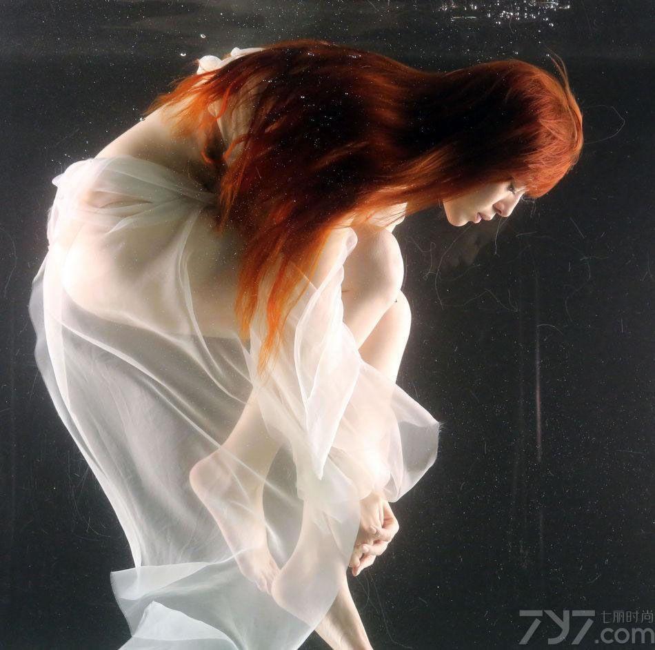 台湾女星刘品言出道12年,近日推出个人首张专辑《重生》,此次新专辑告别以往甜美可爱的路线,以性感熟女风形象发展,薄纱遮体水中沉静,尺度大开十分,下面就一起来看下吧。