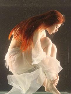 台湾女星刘品言水中性感写真 薄纱遮体尺度大开