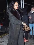 蕾哈娜穿迪奥羊皮大衣出街 抗寒保暖气场足
