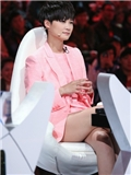《中国正在听》第三期李宇春服装搭配 粉色女款小西装露出大长腿
