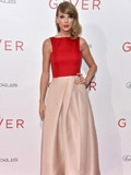 赐予者纽约首映礼红毯 泰勒·斯威夫特穿拼接礼服优雅十足