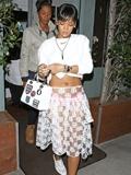 蕾哈娜身穿透视半身裙手提lady dior包包赴宴