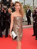 卡拉·迪瓦伊着香奈儿礼服现身2014戛纳电影节红毯