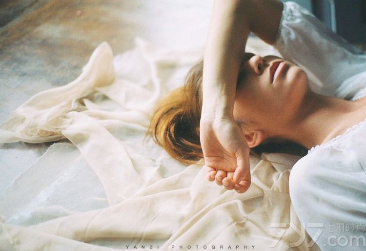 <p>性感的眼神,妖娆火辣的身材,紧身镂空诱惑,大尺度姿势挑逗,薄纱遮体让你垂涎欲滴。</p>
