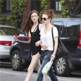 影后朱莉安•摩尔和女儿Liv Freundlich街拍 白嫩美腿吸人目光