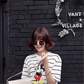 韩国长腿美女时尚街拍 T恤+短裙五一出行就这么穿