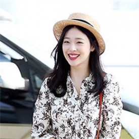 f(x)组合崔雪莉最新机场时尚街拍 清新美搭展甜美笑容