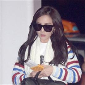 2NE1组合朴山多拉最新机场照街拍 条纹元素混搭别样清新感