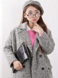 女士手拿包搭配大衣 瞬间增强气场与时尚感