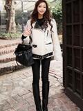 呢子大衣+黑色手提包包 冬季时尚搭出名媛气质