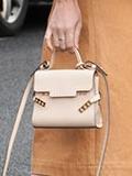 可爱迷你小包包搭配 轻松凸显女人味