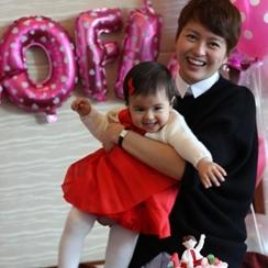 梁咏琪为爱女庆生一周岁 超萌混血女儿正面照曝光