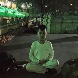 胡军一家西藏拜佛 康总盘腿冥想最虔诚