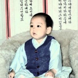 BIGBANG成员TOP童年照曝光 大眼圆脸超可爱
