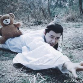 李易峰恶搞小李夺奥斯卡影帝 神COS荒野猎人被熊压