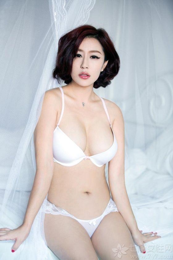 推女郎何何夕,长相妖娆妩媚,再加上精致的妆容,美丽至极。身穿白色内衣套装,露出 巨乳及美臀,傲人的身材展现无疑,再摆出诱人的姿势,诱惑力十足,绝对是个真正的美女。