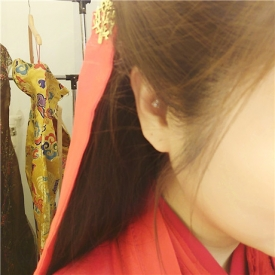 林心如晒古装造型 穿红衣戴金发饰被网友调侃像出