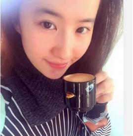 刘亦菲拿小鸟造型杯子自拍  素颜美翻娇俏可爱