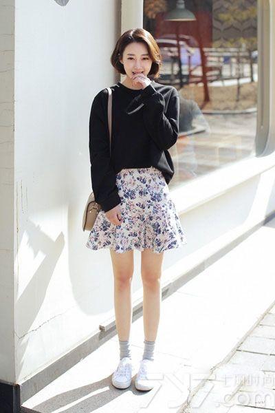 卫衣mix短裙是今年春季最潮最in的穿法,受到了很多MM们的喜爱。虽然都是经典基本款的搭配,但是能轻松穿出活泼减龄的造型,如果你想在春季扮嫩的话,这种搭配也不失为一种好选择,拥有春日的活力就这么简单。一起来看看套头卫衣+短裙搭配图片,活力装扮甜美一点不减。