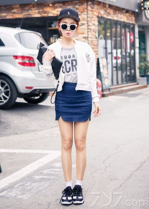 没有了高跟鞋的帮助你是否会担心破坏身材比例?穿上运动鞋很多MM都会觉得自己的气质不如人,其实并不是这样的,重点是要看你的如何搭配,只要选对了搭配,矮个子照样能穿出170的身高!下面就为大家推荐一些春日女生休闲运动鞋的搭配,看了以后你会发现显高显瘦so easy !