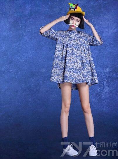 夏天就要来了,转眼又到了秀身材美腿的季节,矮个子MM们也一样想要穿出高挑迷人的视觉效果,其实娃娃衫连衣裙就是不错的选择哟,可爱时尚又显高,下面就一起来看看这组可爱娃娃衫连衣裙图片吧!