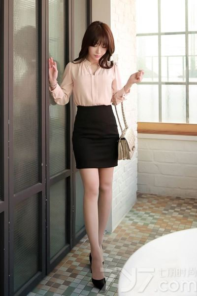长袖衬衫是春日必备时尚单品,随意搭配上一条裙子就可以很美了。在温暖的阳春三月,这样穿搭最合适不过了,简单时髦,还能展现出百变风格,或甜美,或俏皮,或优雅,随心而变。下面就一起来看看长袖衬衫+半身裙的搭配吧。