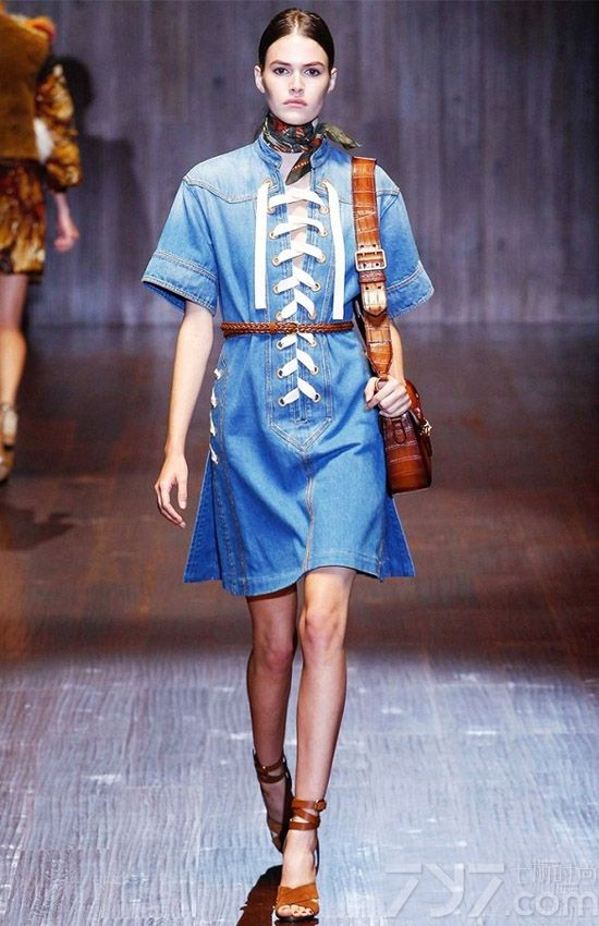 牛仔连衣裙是一件可以从春天穿到夏天的服饰,多样的剪裁能够完美搭配各种颜色和印花,春夏两季如果没有一条这样的裙子都不能算是时尚达人,牛仔连衣裙怎么搭配才有高街范,下面就赶紧来看看为大家推荐的新款牛仔连衣裙的搭配图片吧!