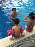 田亮教儿女游泳晒温馨照 被称最专业家庭教练(图)