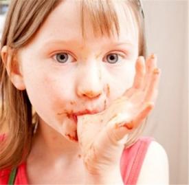 小孩子手指甲上有白点怎么回事,小儿手指甲上有白点怎么回事