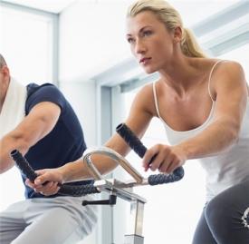 动感单车和跑步机哪个减肥效果好,动感单车和跑步哪个减肥效果好,骑动感单车和跑步
