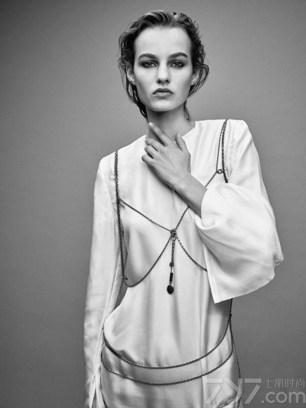 "Maartje  Verhoef是2015秋冬秀场上的一枚名副其实的""秀霸"",其一季共63场的刷脸走秀,让人印象深刻。当然,之前Maartje  Verhoef也拍摄过许多国际顶尖品牌时尚大片,包括LV,prada在内的顶尖时尚品牌。"
