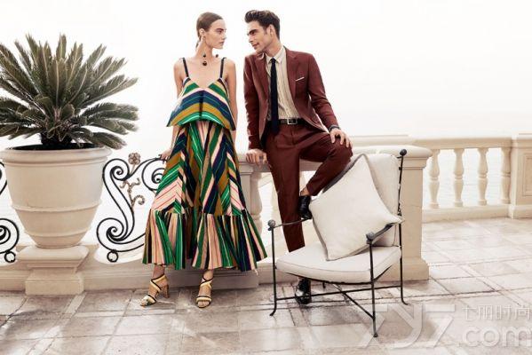 """菲拉格慕创意总监Massimiliano  Giornetti,这次为品牌带来了新一季的全新视觉概念""""璀璨人生""""。灵感则来自于品牌创始人菲拉格慕的话:""""对于美丽和完美的追求永无极限。"""" </p> <p> 本次广告大片着重展现了环球旅行者们无惧岁月的精致生活方式,诠释品牌最本真的理念,即璀璨人生,从而达到灵魂上的默契。 </p> <p> 而大片由知名摄影师Craig  McDean掌镜拍摄,选址在海滨城市,呈现出极富优雅魅力与感官上的诱惑,完美演绎了2016年春夏成衣及配饰引人的清新宜人的彩色图案元素。 </p> <p> 导演Theo  Stanley则为本广告系列赋予了鲜活的生命力。在短片中,海边别墅内上演一场轻松愉快的捉迷藏游戏,轻松愉快的氛围让人心起涟漪,满是向往。 </p>"""