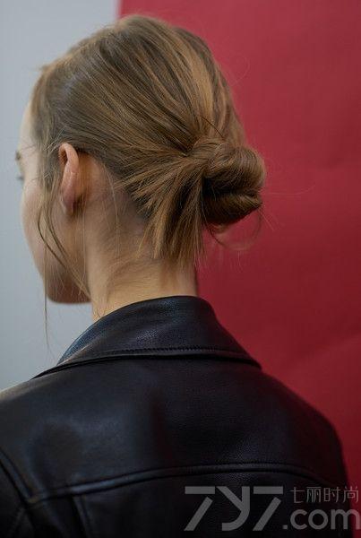 """在延续了三季裸色唇妆后,2016christian dior巴黎高订秀有了返璞归真的妆容创意,迪奥彩妆创意与形象总监Peter  Philips将高订以闲适安逸的村庄为绝对的主角。而发型在这一季则显得低调很多,发型师Guido  Palau给模特们扎上一个低低的马尾,再将之拧成一个""""不完美""""发髻,匠心独运的打造出""""休闲随意感""""。"""