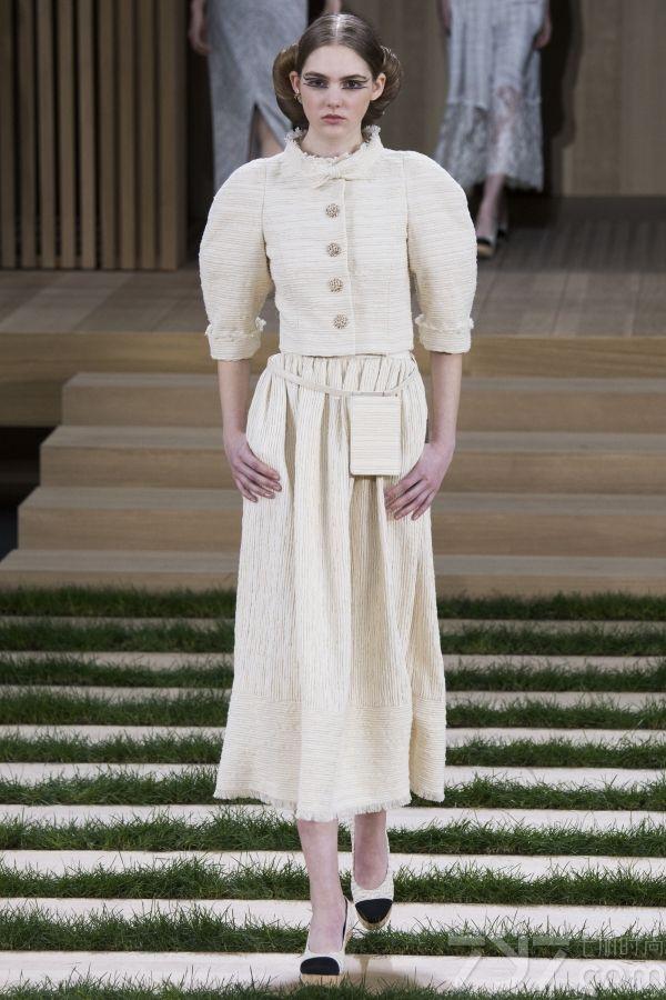 """Chanel这本季的2016高订系列大量选用了米色、裸色、浅灰及奶油色等低饱和度的浅色,与高雅雍容的品牌特色高度契合。而色系上也是与紧跟流行色,选择和Pantone2016的年度色相似鲜嫩色,这一系列柔和的色彩也有着细腻的渗透力,为浮躁、快节奏的紧张生活带来了舒缓和平静,更是对""""自然与和谐""""最完美的诠释。"""