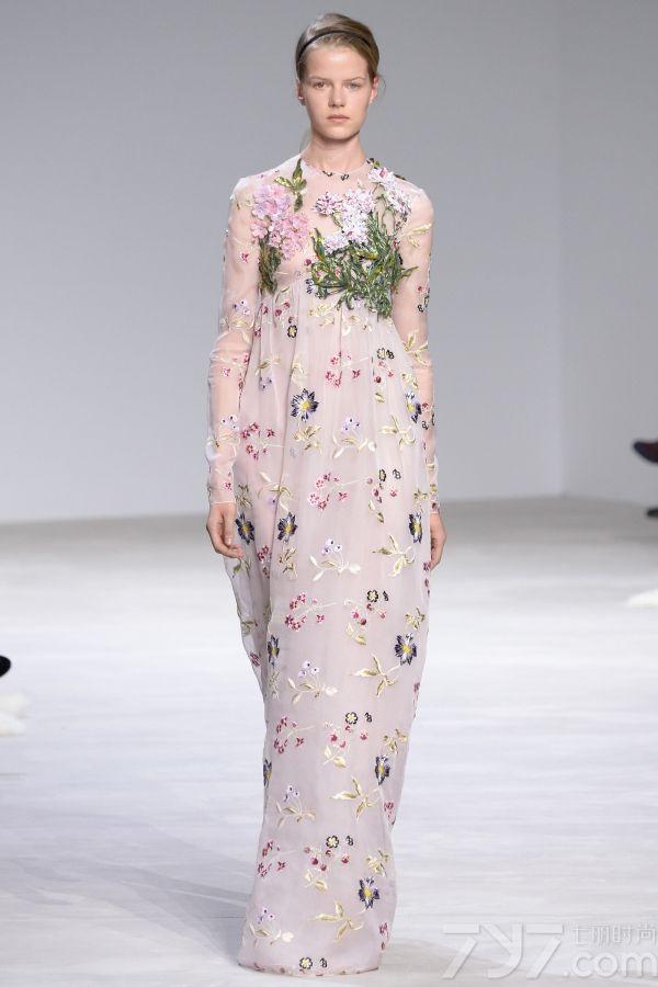 """<span style=""""font-size:10.5pt;"""">本季的Giambattista Valli 2016春夏高定秀设计灵感来自巴黎著名园林芭嘉黛尔公园、皇宫花园、卢森堡公园和杜乐丽花园,花开烂漫的场景以及花瓣摇弋的美感都被一针一线的缝制在每一件服装中。</span>     </p>     <p>     <span style=""""font-size:10.5pt;"""">本季的高订服装仿佛勾起了对60年代服装风格的向往,肩膀和袖子被透明硬纱褶边包围,娇艳欲滴的花卉刺绣盘旋领口或从下摆延伸开来;梦幻白色雪纺吊带睡衣、珠绣作为旋转的花环围绕着紧身胸衣以及一件绣着蔷薇树枝的白色水貂短外衣,古典之中蕴藏性感。</span>     </p>     <p>     <span style=""""font-size:10.5pt;"""">大秀最后,盛大的舞会礼服铺陈开来,将之带入到另一个童话奇境,分层和百褶薄纱洗脱繁花在腮红的动人色彩中重生,仿佛整个秀场瞬间沉浸在柔情蜜意之中。<br />     </span><span style=""""font-size:10.5pt;""""><span></span></span>     </p>"""