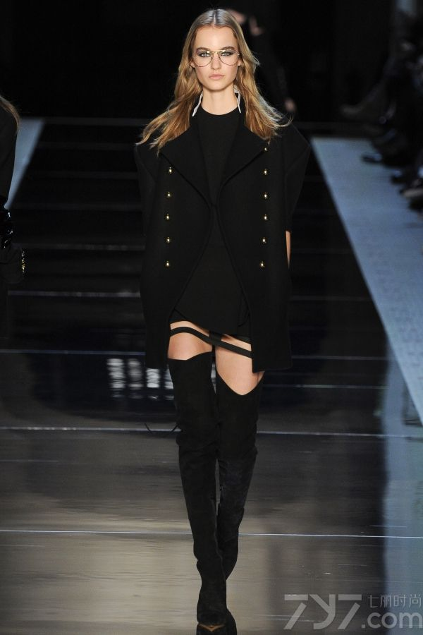 本季的Alexandre Vauthier高订秀服装以黑白灰红等色调为主,用薄纱面料,和大方前卫的斜剪裁手法贯穿其中,将女人身体的性感诠释得淋漓尽致。