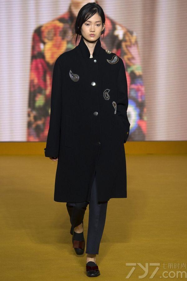本季paul smith 2016秋冬系列,依旧延续独立女性的品牌形象,将标志的亮色与条纹元素保留,而更多的引用到趣味的花图案,将俏皮感和内心戏来了一次有高度的结合。无论是佩里斯花纹还是橙黄色点缀,都为大女人的气质中添加小女人的俏皮感。