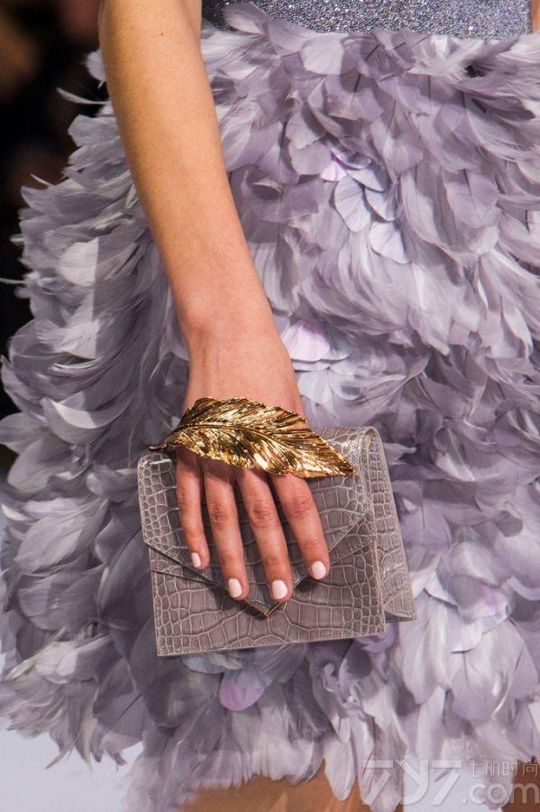 "</p>     <p>     <strong>LOOK1 Atelier Versace秀场珠宝细节(仿水晶软管 图1~3)</strong>     </p>     <p>     Versace这次搭配合理运用了捆绑设计,无论     是衣服,鞋子还是搭配配饰上都体现了这一简洁形象的元素细节,这种软管项链或耳环以交叉系扣的形式呈现,内部缀有小巧精致的透明仿水晶,展现出立体感的闪     亮效果,很像Swarovski之前推出的尼龙渔网珠宝,尽显独特般的华丽。     </p>     <p>     <strong>LOOK2 Christian Dior秀场珠宝细节(身体链 图4~6)</strong>     </p>     <p>     去年夏天,""身体链""可谓火到没朋友,听说磨人的性感妖精都用它绑出诱人的好曲线,优雅秀肉。在今年的Dior高定秀上,再次出现它的身影,让性感魅力继续升级,简洁轻巧却极具魅力,可以当身体链,也可以当长项链来佩戴,修饰出完美的锁骨和肩膀。     </p>     <p>     <strong>LOOK3 Giorgio Armani秀场珠宝细节(仿紫水晶 图7~9)</strong>     </p>     <p>     PANTONE早前公布2016年了流行色静谧蓝和水晶粉,确定了少女系色彩的主要趋势。     Armani这次的成衣秀则弥漫在一片淡紫色的海洋中清新怡人,仙气十足,粉嫩得不要不要的。     </p>     <p>     <strong>LOOK4 Julien Fournie秀场珠宝细节(宽手镯 图10~12)</strong>     </p>     <p>     oversize首饰一向是街头潮人的最爱,个性夸张的外形,将内心的不羁表露无疑,而今年的高订Julien     Fournie秀场上,模特们就统一叠戴着宽手镯,有五彩的仿水晶材质,也有酷酷的重金属材质,看起来特有范!     </p>     <p>     <strong>LOOK5 Elie Saab秀场珠宝细节(珍珠银饰 图13~15)</strong>     </p>     <p>     Elie     Saab常走的路线一直是灵气十足的仙女风,这次也是如此,本次也加入了更多的宫廷贵族感。无论是礼服还是首饰,都有珍珠,镶钻,以及亮片等元素,都显得十分华丽,满足了一把少女们的公主梦,此外银饰的加入,也使得Elie     Saab多了一点力量感。     </p>     <p>     <strong>LOOK6 Schiaparelli秀场珠宝细节(水果元素胸针 图16~18)</strong>     </p>     <p>     Schiaparelli秀场上将形象化的水果胸针戴在模特身上时,显得颇有时尚趣味,俏皮少女心的画面感即刻浮现。     </p>     <p>     <strong>LOOK7 Ralph &amp; Russo秀场珠宝细节(植物元素 图19~21)</strong>     </p>     <p>     花一直是女人的最爱之一,不管是服装上的印花,刺绣花,或是配饰上的镶嵌花朵和雕花装饰都是品牌争先的设计亮点,所以Ralph &amp;     Russo就通过花朵元素延伸到植物系列,除了花朵镶钻耳环,树叶等植物系元素在被广泛运用在珠宝设计中。     </p>"