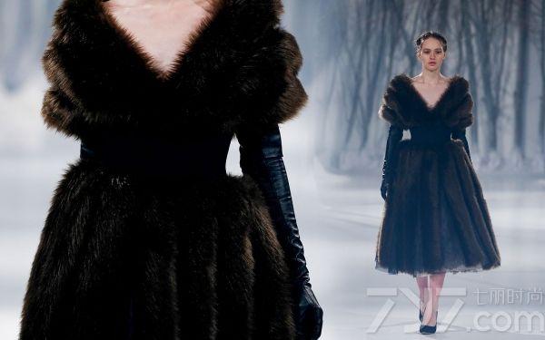 </p> <p> 些许的皮草,适当的蕾丝,和点缀的刺绣。Paolo Sebastian(保罗·塞巴斯蒂安)的设计总是恰到好处,不卑不亢的展现着女王一般的魅力。服装美得无需坠饰,单是衣服就是一副美丽的画卷,值得人们去反复观看和琢磨。 </p> <p>