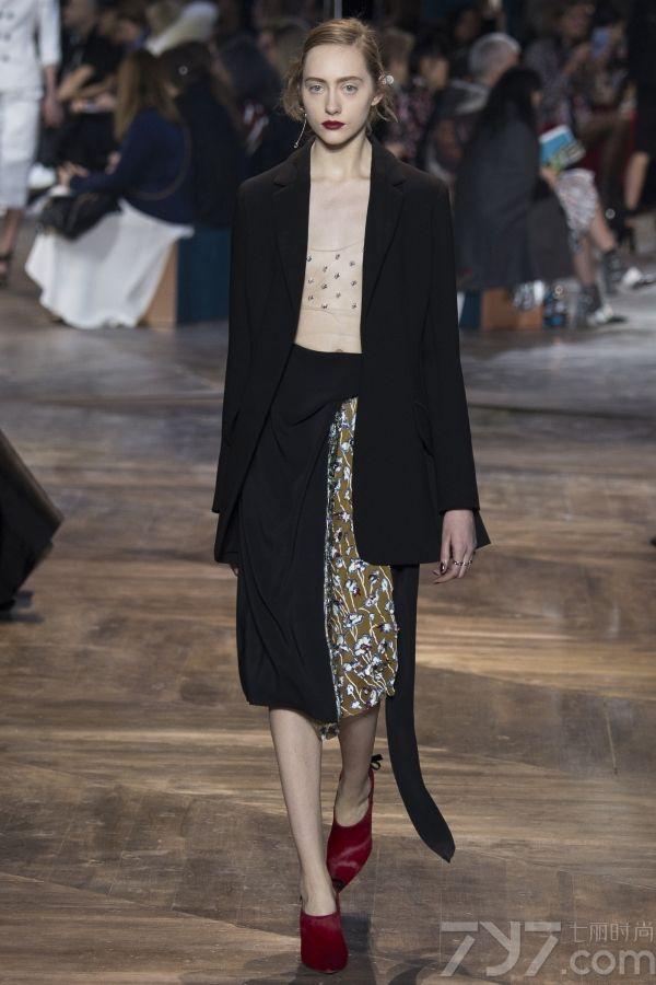 "Christian Dior2016春夏高定秀场本季由两位新晋瑞士设计师Serge Ruffieux与Lucie     Meier掌控掌舵,将前任设计师Raf simons的品牌设计理念""花园精神""带入了全新的活力。     </p>     <p>     本季高订的Dior女郎以全新着装方式解构时尚,彰显个性。随性的穿搭让品牌经典的套装(Bar     Jacket)呈现出多种变化,举手投足间彰显十足的女性魅力。     </p>"