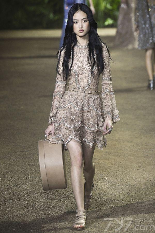 这季的Elie saab(艾莉·萨博)依旧以仙美为基调加入了更多变化性的元素。大量的使用蕾丝和流苏,让裙子看起来精致飘逸这是艾丽萨博的一贯手段。值得一提的是在2016的秀场中不但有裙子,还出现了部分裤装,其手工的精致程度令人赞叹,帅和美一键切换毫无压力。若是说传统的仙裙总是美得一个德行,那么今年的纱丽一定会让你眼前一亮。这种来自印尼的传统服饰用完全不一样的材料,表达出来的是一种摆脱桎梏的突破性的美。