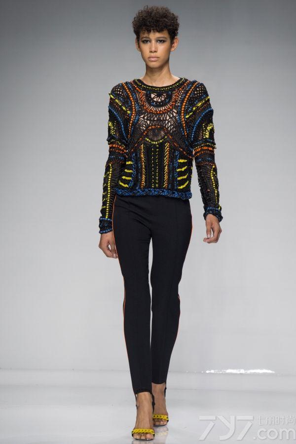 "<span style=""white-space:normal;"">首先来看看本次versace高订秀的超模军团,的确都是当红的模团一姐人物,石头姐""Lara Stone、 前任C罗女友Irina Shayk、维密新晋性感超模Stella Maxwell、""变三女郎""Rosie Huntington Whiteley、世界第一超模Joan Smalls,当红鲜肉超模兼广告狂人hidid gigi也被安排在压轴出场。</span>     </p>     <p>     <span style=""white-space:normal;""> </span>     </p>     <p>     Donatella在本季保留了品牌原有的裹身、切割文化之后,还玩起了运动元素,她称呼此次系列为""运动高级时装(Athletic     Couture)"",在秀场开始之前,她表示:""我聚焦的是那些最专注、最有活力的女人……她们将自己推向极限。""所以你可以看到经典的运动系色彩与设计:荧光色、棒球服、圆领衫、运动内衣细节。     </p>     <p>     本次大秀在设计手法上采用了复古编织技艺,略带有情色意味的""绳子""以性感的姿态贯穿模特全身,结合施华洛世奇提供的水晶绳子珠宝,透露出魅惑而奢华的气息。     </p>"