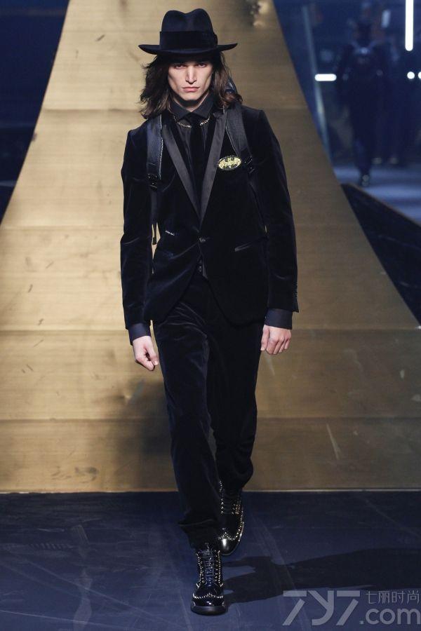 """距今有16年历史的philipp     plein产品领域广阔,包括男女装、童装、包袋、珠宝、配饰以及各类家居产品。其精髓来自精致的材料、卓越的品质、创新的风格和""""摇滚式""""的精神,将理     想的个人主义打造成艺术作品。本次大秀以硬朗的皮衣为主打单品,结合了拼接,斜剪裁等颇具现代感的艺术手法,将摇滚式风格更加形象化,时尚化的呈现给大家。"""
