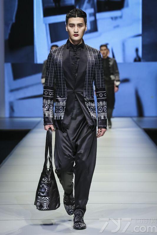 "JIWENBO同名设计师兼创世人计文波是一位善于将传统与现代、设计和商业完美结合的设计师,他不仅是中国最高设计奖""金鼎奖""的获得者,同时也是中国首位入选米兰时装周举行专场发布的设计师。     </p>     <p>     本次JIWENBO在冰城哈尔滨举行了一场充满着中国传统文化意味的大秀,又一次将刚柔并济的理念诠释到极致。JIWENBO大秀将中国禅文化与服饰相结     合,主色则以黑白红色贯穿,配以拼色鞋履点缀其间,将传统与前卫融会贯通,兼收并蓄。面料上则采用了舒适,飘逸感,用剪裁服帖的外套配以前卫的阔腿裤型,     打造出时髦的男装服饰。     </p>"