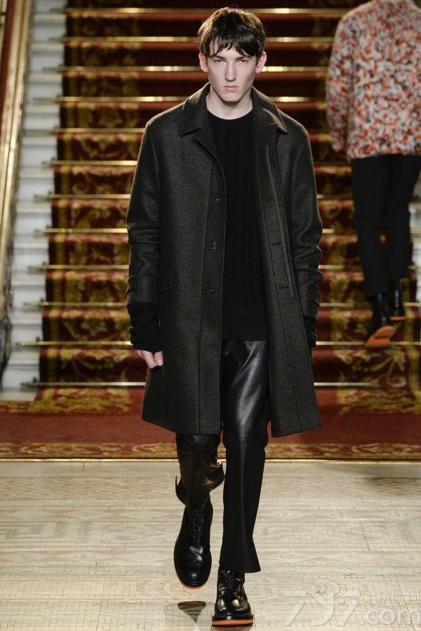 来自苏格兰的经典品牌Pringle of  Scotland,以羊毛为主要面料,而将羊毛制品以最为时尚,简约,前卫的方式诠释是品牌的目标。本次的2016伦敦秋冬男装周上,Pringle of  Scotland以奢华的羊毛为主要面料,依旧在剪裁上强调羊毛衫的简洁大气,适合外穿,而在设计上则以线形网格的组合拼接来展示这一季的编织手法,图案和印花,打造出不规则的另类设计,将羊毛制品得到了再度诠释!