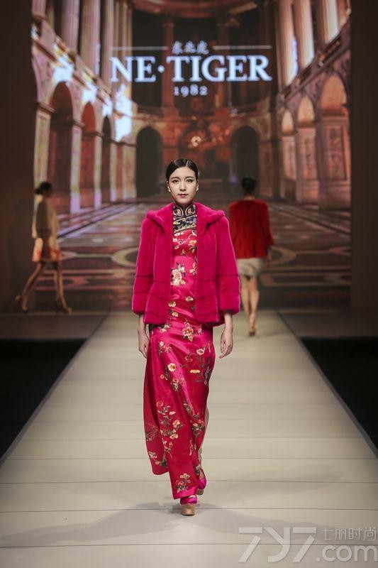 "NE•TIGER品牌在欧陆风情的旖旎T台上,优雅迷人的顶级超模款款而至,以简约皮草与隽逸华服碰撞演绎了一场极致优雅的艺术盛宴。NE•TIGER全 新推出的2016秋冬皮草以""极简主义与奢华美学的融合""引领国际流行风向标。在色彩上,有渐变的动感、岩浆红的张扬、粉色的明媚,极光绿的炫目、橘粉的 妖娆、冰河蓝的霸气……,迷幻的色彩与华服旗袍上缂丝、云锦、盘锦金、刺绣等传统织造工艺臻彩碰撞,带来更加立体和艺术的视觉效果。在工艺上,洗练的设计 裁剪更加衬托出皮草光滑的质感,不同材质拼接形成新的肌理面貌,为都市人的摩登新姿带来无限惊喜。此次时装周伊始,NE•TIGER作为中国设计师的代表 将携手全球的设计师及品牌实现时尚与艺术的互动,引领北纬45°时尚圈乃至世界时尚领域新变革。"