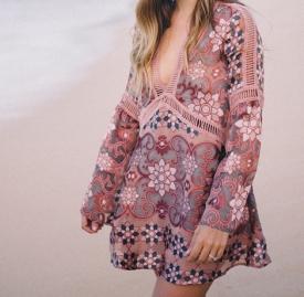 Julia Engel:度假风情深V沙滩裙