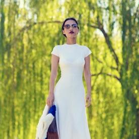 Nini Nguyen:白色装扮也能妩媚动人